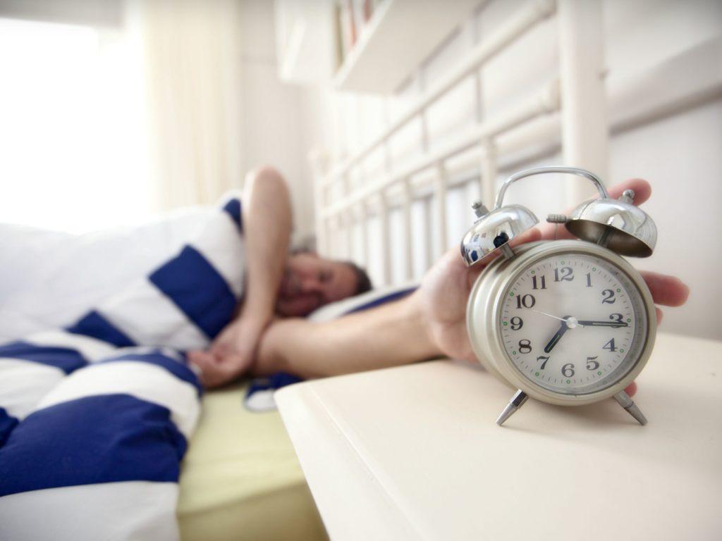 目覚ましと格闘しない「起床術」